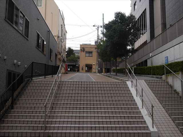 松屋町③番出口付近。階段を上ると「練」