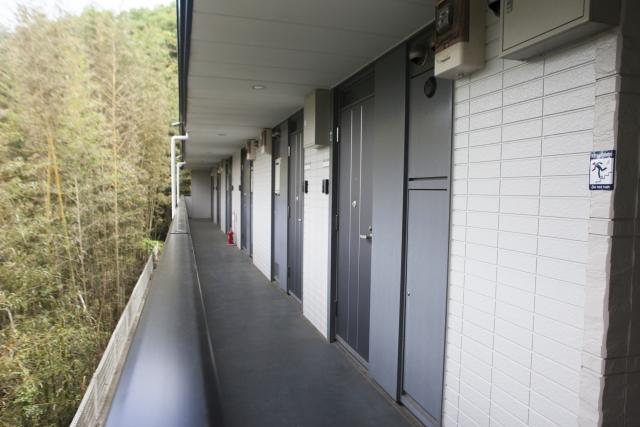 マンション入口前の廊下