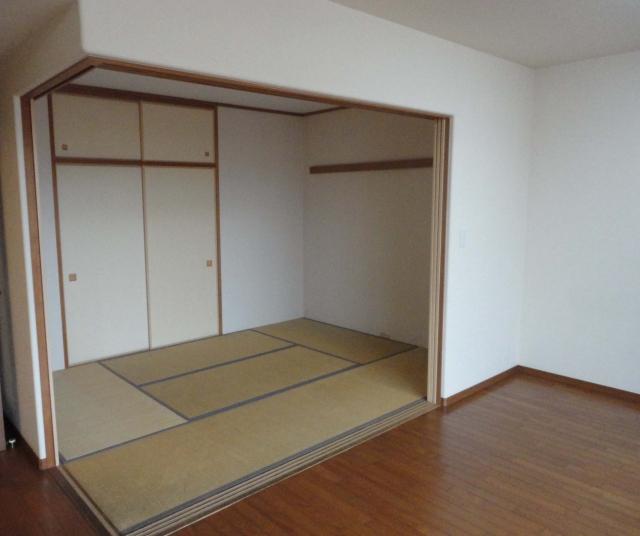 マンション、リビング側から見た和室と畳の様子