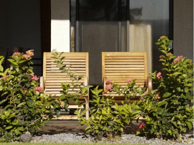 1階の庭付きマンションでチェアを2つ横並びにしている