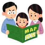 家族で避難マップを見ている様子