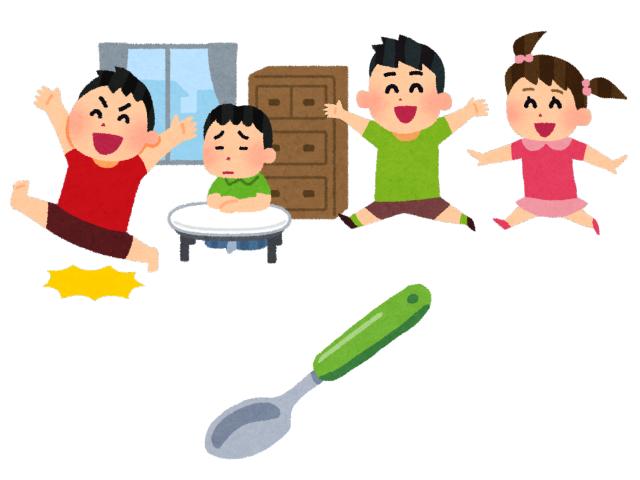 部屋中を走り回る子供と落下するスプーン