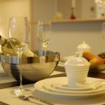 マンションのリビング、テーブルや食器