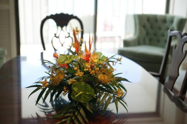 マンションのリビング、テーブルの上に花を飾っている