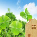 環境にやさしい住宅のイメージ(四つ葉のクローバーと家)