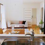 リノベーション済みのマンション、キッチンとリビング