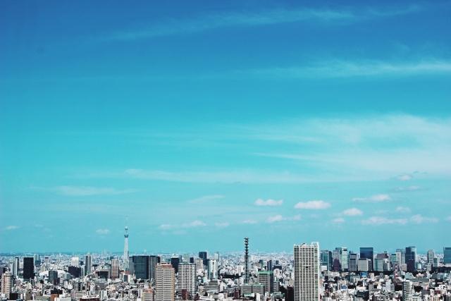 高層ビルや高層マンションと空