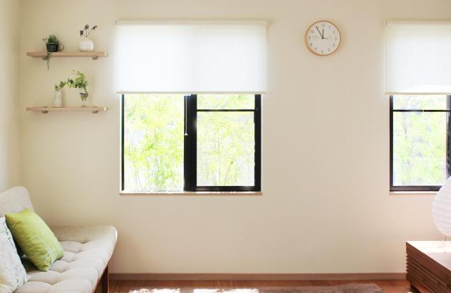 マンションのリビングルーム、窓から入る太陽光