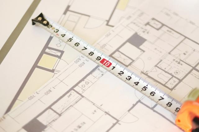 マンションの間取り図から広さと間取りをチェックしている様子