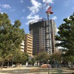 銅座公園と「グランドメゾン上町台ザタワー」