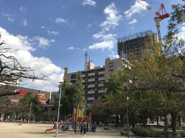 銅座公園の遊具と「グランドメゾン上町台ザタワー」