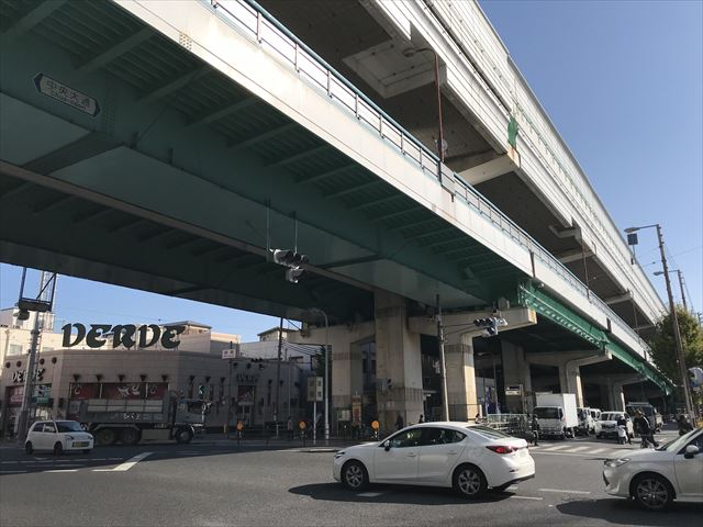 緑橋駅前の中央大鶏と阪神高速道路