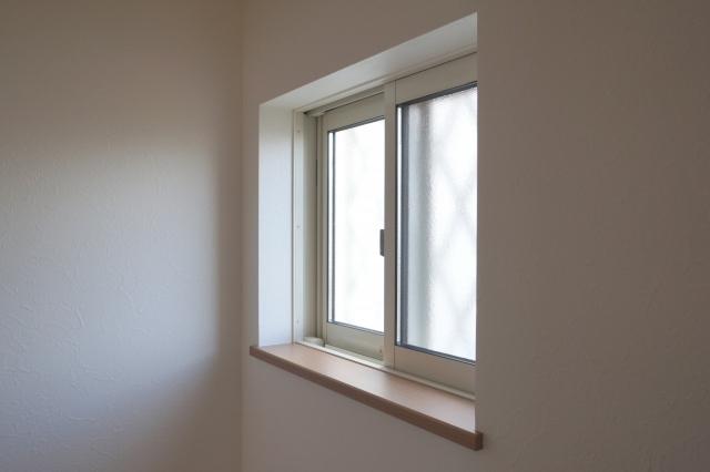 小さな窓とサッシ