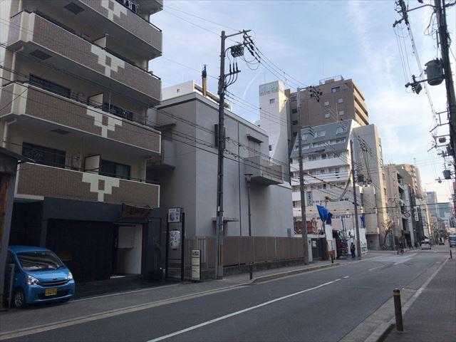 分譲マンション「シーンズ大阪本町」が見える