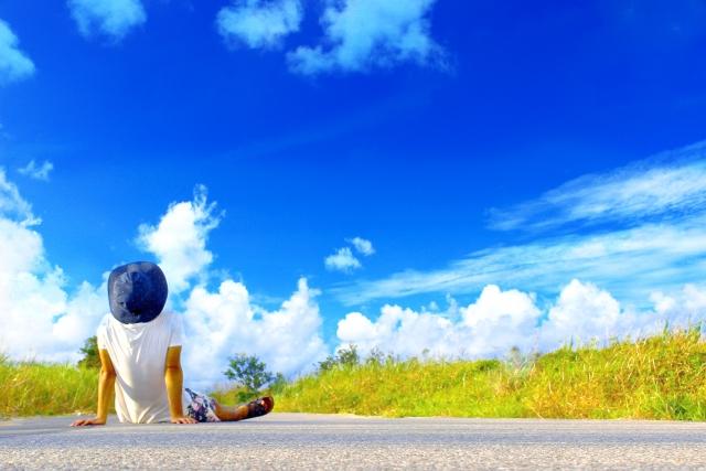 空を見ながら将来について考えている
