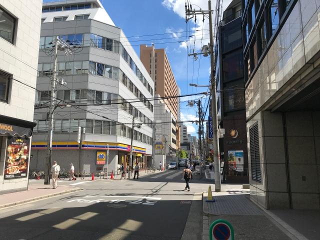 御堂筋本町ビル「PLAZA MIDO」出口から見えるミニストップと「クレヴィアタワー御堂筋本町」