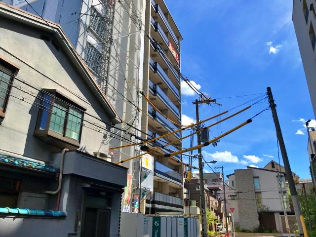 「シーンズ天王寺真田山」と隣のマンション