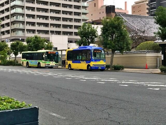 近鉄バス&大阪シティバス「上本町八丁目」バス停にバスが停車