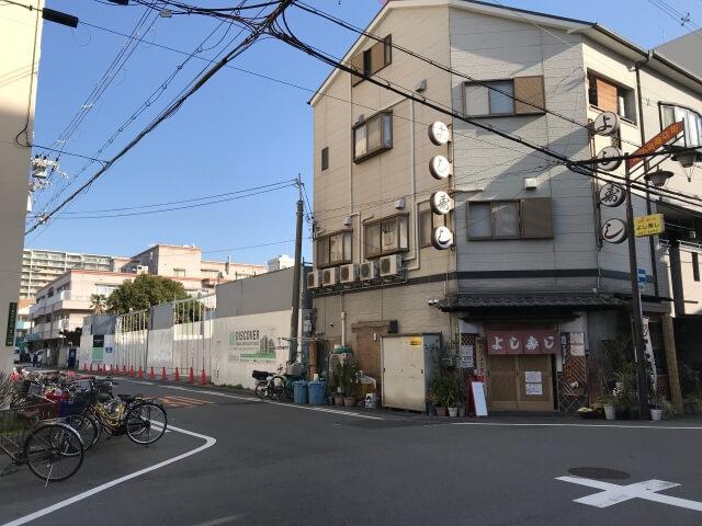 「ディモア城東シティ」と隣の「よし寿司」