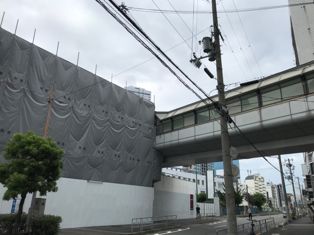 「イオン京橋店」解体中の様子と歩道橋「大阪城京橋プロムナード」