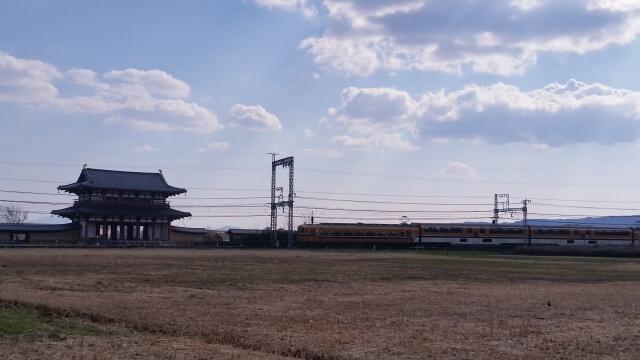 平城京跡を横切る近鉄電車