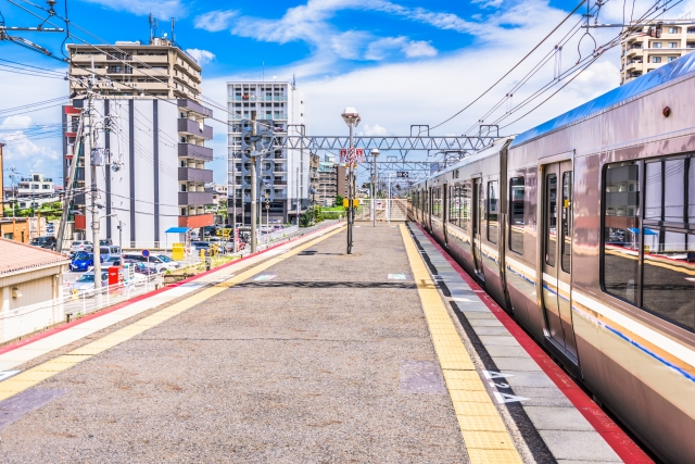 駅とその周辺に建つマンション