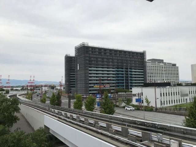 ニュートラム「トレードセンター前駅」に続く通路から「大阪ベイレジデンス」を撮影