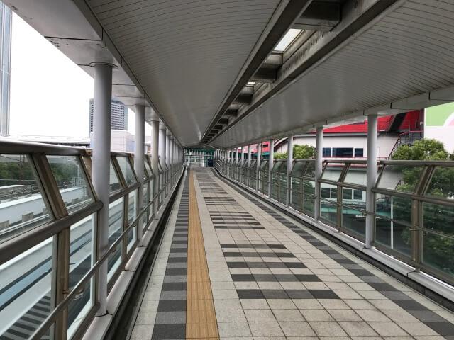 ニュートラム「トレードセンター前駅」に続く通路