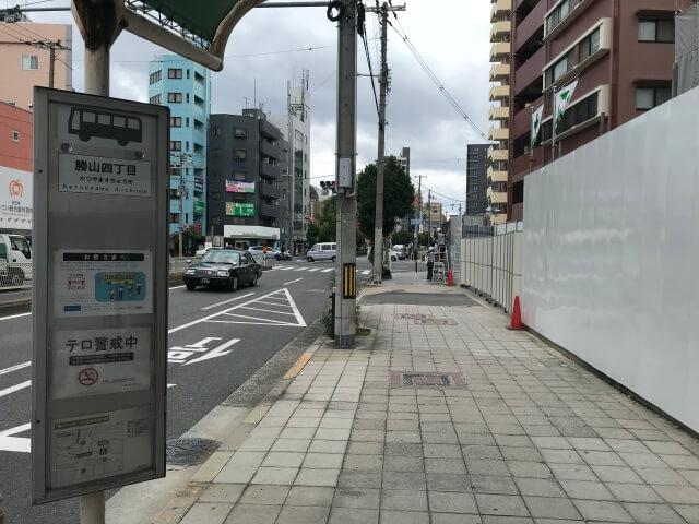大阪シティバス「勝山四丁目」バス停と「レジェイド天王寺勝山」
