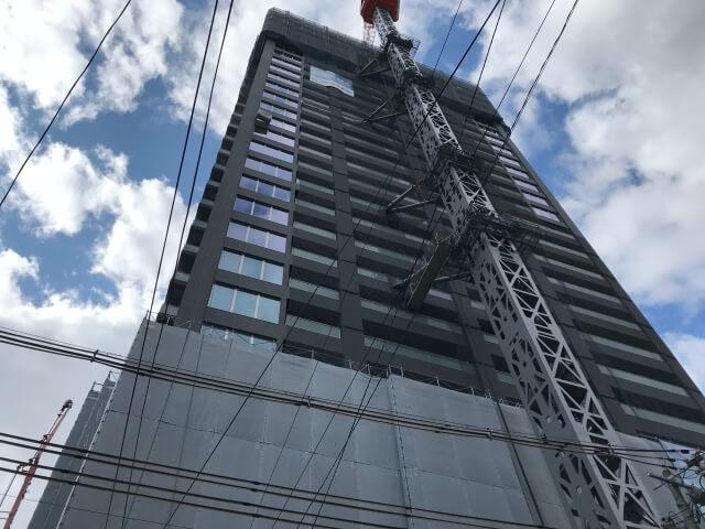 「ピアッツァタワー上本町EAST」真下から見上げた様子