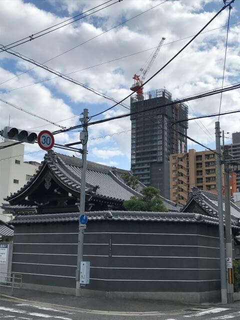 北側から見える「ピアッツァタワー上本町EAST」